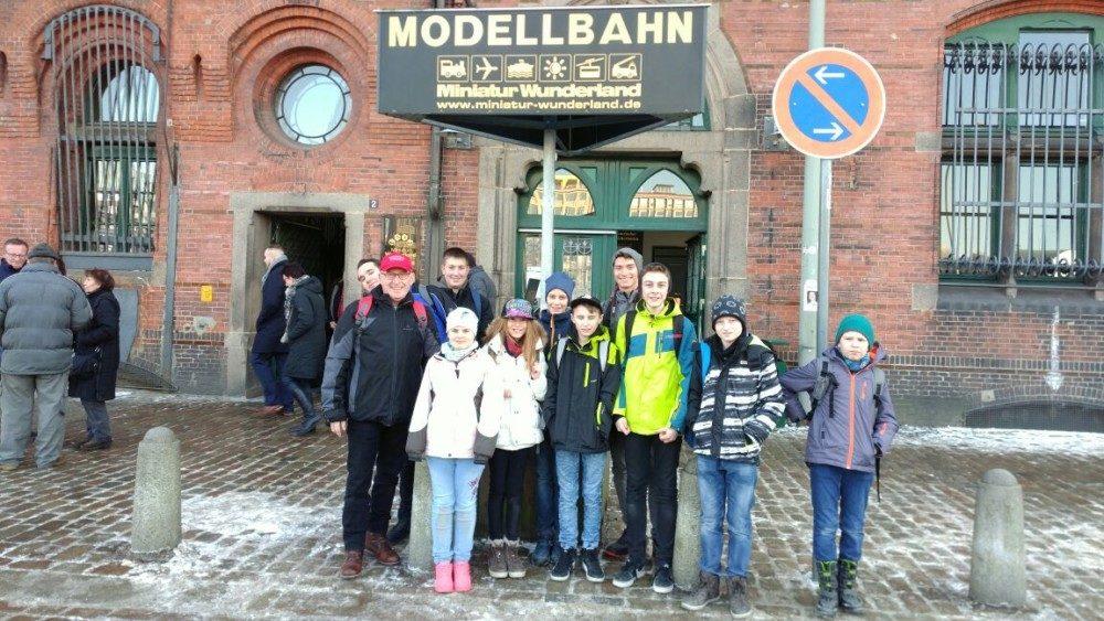 Die Jugendgruppe vor dem Miniatur Wunderland